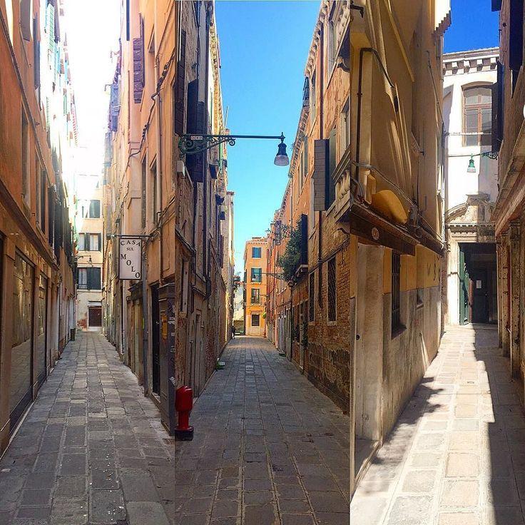 Там где нет каналов и мостов  в Венеции  Находятся вот такие замечательные улочки   #этожизнь #лето #путешествие #август #2016 #summer #travel #traveling #reisen #followme #photoart #italia #venezia #венеция #италия #мосты #bridge #brucke