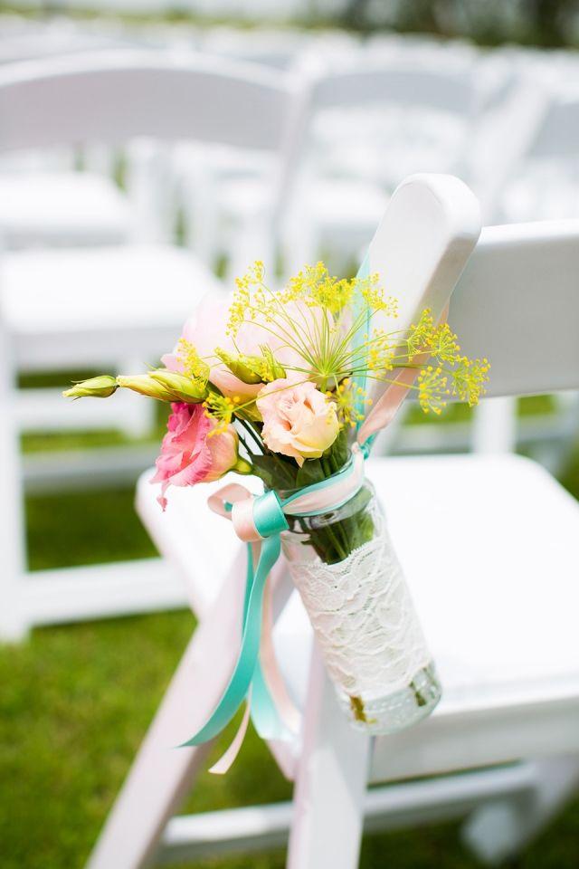 Prachtig natuurlijke bloemen aan de stoelen bij een #bruiloft in de #Steinsetuin.