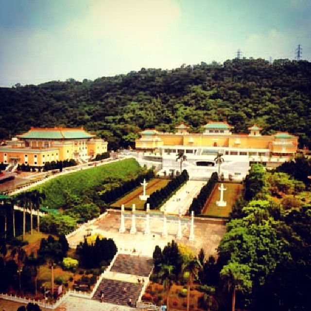 The #Taiwanese National Palace Museum is an antique museum in Shilin, #Taipei, #Taiwan. It is one of the national museums of the Republic of China, and has a permanent collection of more than 696,000 pieces of ancient Chinese artifacts and artworks, making it one of the largest in the world. The collection encompasses over 8,000 years of Chinese history from the Neolithic age to the late Qing Dynasty. Most of the collection are high quality pieces collected by China's ancient emperors