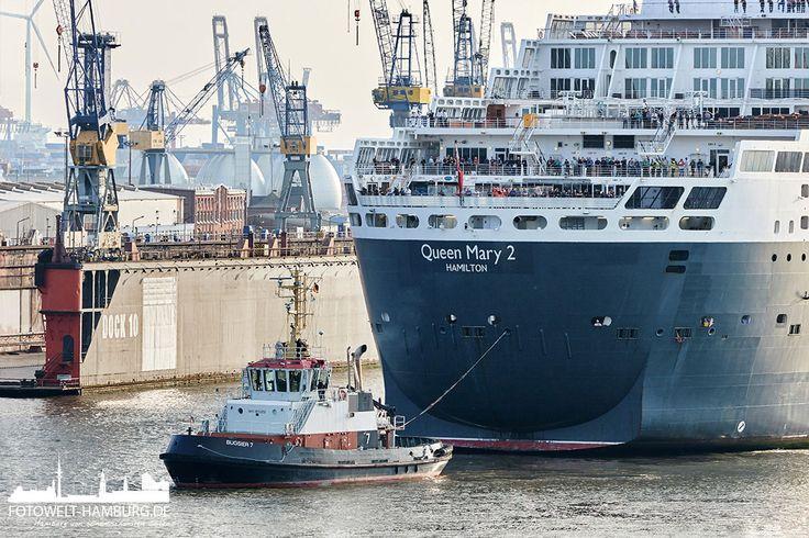 Queen Mary 2 und Schlepper im Hamburger Hafen Detailaufnahme