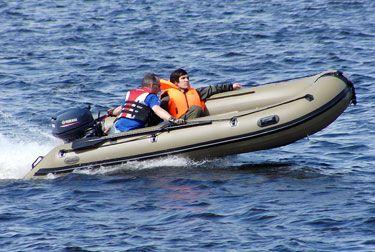 Лодка для охоты Duck Line 430 AL  Основу корпуса этой большой ПВХ лодки составляют борта диаметром 50 см. Кокпит шириной 89 см обеспечивает необходимое пространство для пассажиров и снаряжения. Нижняя часть днища и баллоны надёжно защищены и подготовлены к путешествию по мелководью. Стравливающий клапан установлен в носовой части корпуса ПВХ лодок Дак Лайн и имеет диапазон срабатывания 290-320 mbar. Предназначен, безусловно, для внештатных ситуаций, связанных, например, с сильным нагреванием…