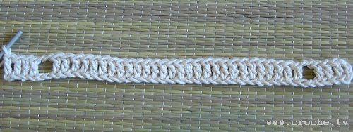 Aproveitando que estou nos momentos finais da minha manta xadrez, dei uma pausa para fazer este tapetinho oval. Este tapete é uma graça, e ...
