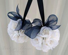Decoraciones de la boda de flor bola azul por BrideinBloomWeddings