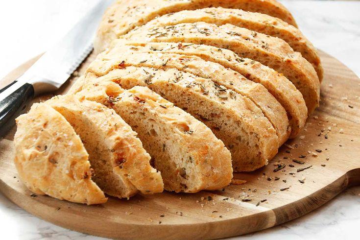 Geïnspireerd door onze verschillende reizen naar Italië, bedachten we dit Italiaans brood. Met zongedroogde tomaten, basilicum en rozemarijn.