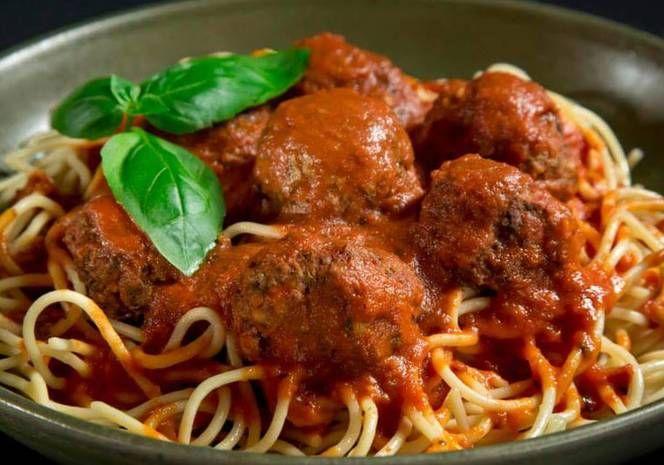 Spaghetti con salsa de tomate y albóndigas