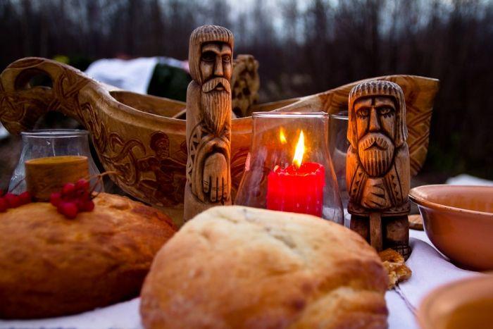 В славянском календаре есть особый праздник, в который происходит чествование и поминовение всех усопших родственников это - Осенние Деды.  По времени он соотносится с распространенным сейч…