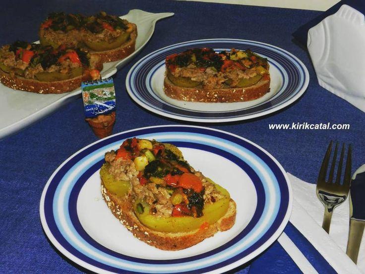 En güzel mutfak paylaşımları için kanalımıza abone olunuz. http://www.kadinika.com Ekmek Üstü Lezzetler.Haşlanmış patates yatağında ton balıklı aperatif. www.kirikcatal.com  #instafood #lezzetli #yummy #mutfakgram #gastronomia #balık #Pratik Tarifler #mutfagimdan #tariflerim #afiyetolsun #bonappetit #eat #yemek #yemektarifleri #lezzetli_tarifler #leziz #foodmania #eatgood #instalike #gurme #gurmeblogger #pratiklezzetler