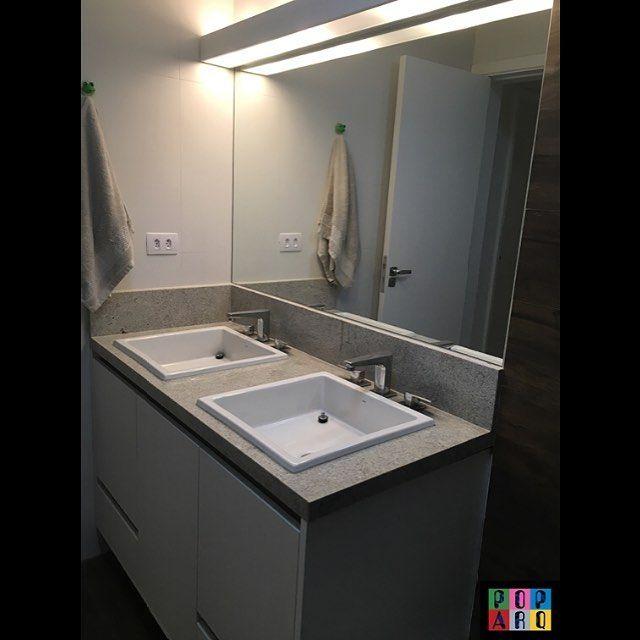 Para se arrumar para o fim de semana! Banheiro do casal com duas cubas e luminária no espelho!