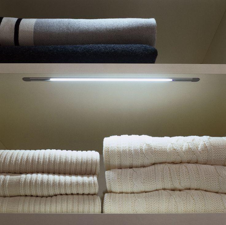 Шкаф-купе встроенный 2431 наполнение и аксессуары производитель мебели на заказ Деметра Вудмарк. Врезная LED подсветка обеспечивает мягкое дополнительное освещение пространство между полками.Хранение и поиск вещей стали еще удобнее.