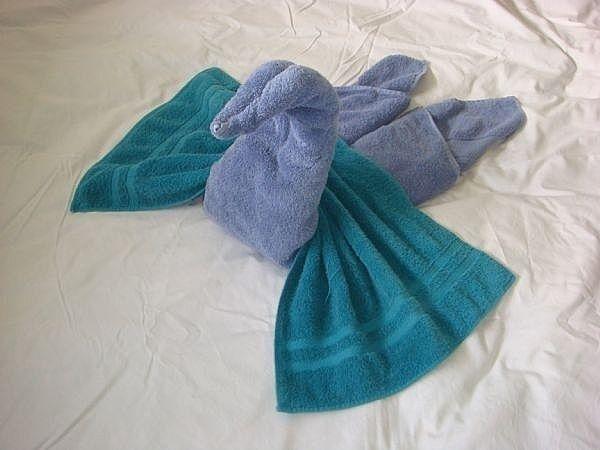 Складываем полотенца в форме лебедя