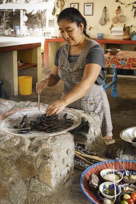 asando chiles para el mole