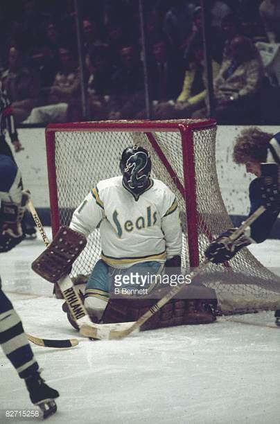 canadian-ice-hockey-player-gary-simmons-goalkeeper-for-the-california-picture-id82715258 (404×612)