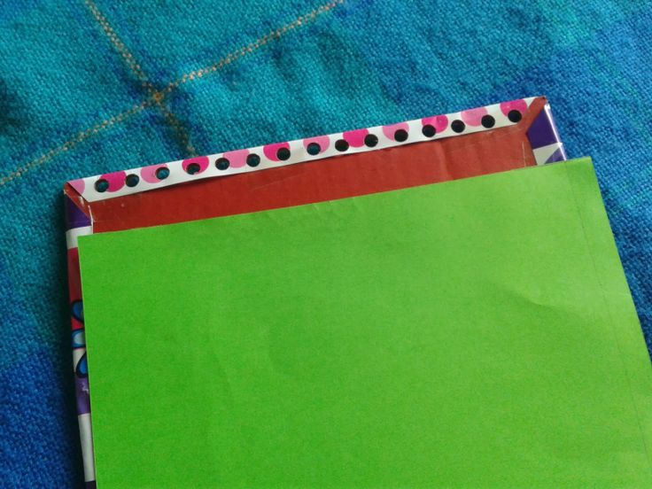 4. Con papel de color forramos el cartón por el lado opuesto al de papel regalo, recortándolo si es necesario.
