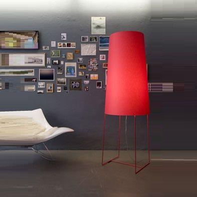 Fatsophie est un lampadaire designé par Felix Severin Mack pour la maison d'édition Fraumaier. <br> Ce lampadaire avec sa hauteur et son originalité s'adaptera parfaitement à votre salon, votre chambre ou votre bureau. Fatsophie est un lampadaire discret mais design qui ne manquera pas d'habiller votre intérieur comme vous le souhaitez. <br>  Le lampadaire est livré avec un dimmer et un interrupteur à pied, à vous de choisir. Le dimmer permet d'utiliser une ampoule halogène de 230V…
