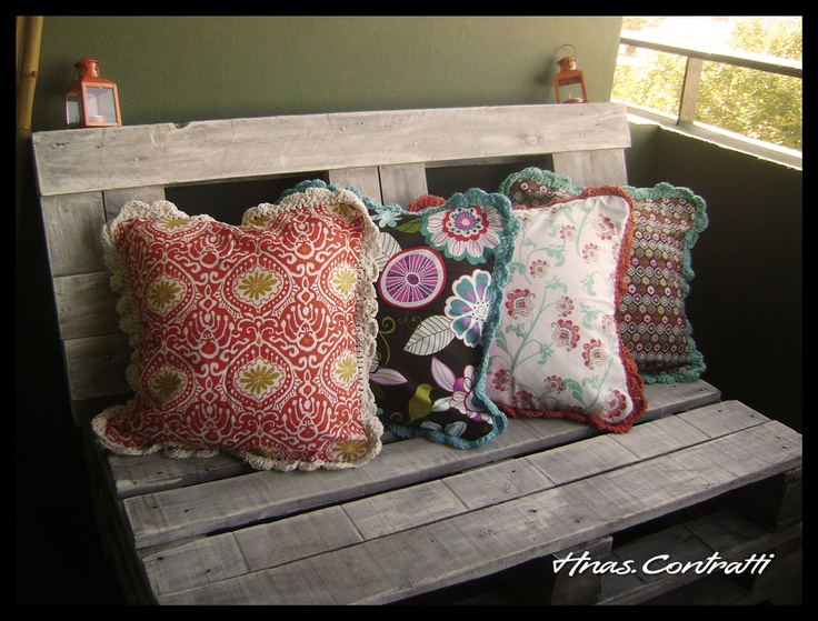 almohadones de generos importados con volado tejido en crochet