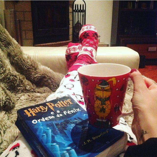WEBSTA @ sofil88 - Só por causa das coisas entrei agora no espírito natalício 🙄🤓❄️🎄.......#homesweethome #home #nataléquandoeuquiser #fireplace #comfy #hotchocolate #harrypotter #geekygirl #christmasmood #onlynow #reading #read #books #friday #fridaynight #night #itscoldoutside #january #janeiro #winter #inverno #smile #like4like #likeforlike #harrypotterfan #nerd #cosy #livros #iloveread #idontlivebytherules