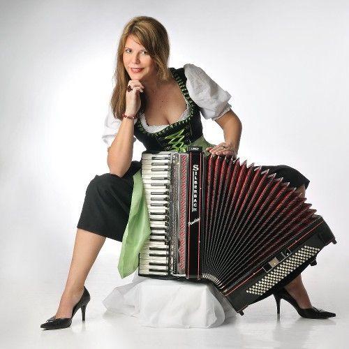 """""""The funtastic accordion"""" – Penélope Simms Repertoire ist erstaunlich umfangreich: Es reicht von Stimmungs-, Party-, Unterhaltungs- und Tischmusik über französische Musette-Valses, argentinische Tangos bis hin zu Pop, Jazz- und Dixie-Standards."""