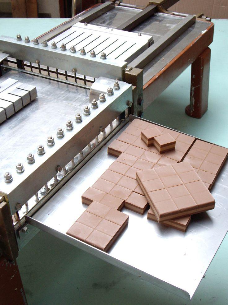 Nutcream cutting machine