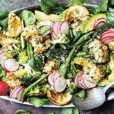 """Den cypriotiska """"gnisselosten"""" halloumi blir här till en krispigt god panering runt möra lårfiléer av kyckling. Till den halloumipanerade kycklingen passar det perfekt med en matig grönsallad av avokado, broccoli, rädisor, gröna bönor och spenat. Fräscht värre!"""