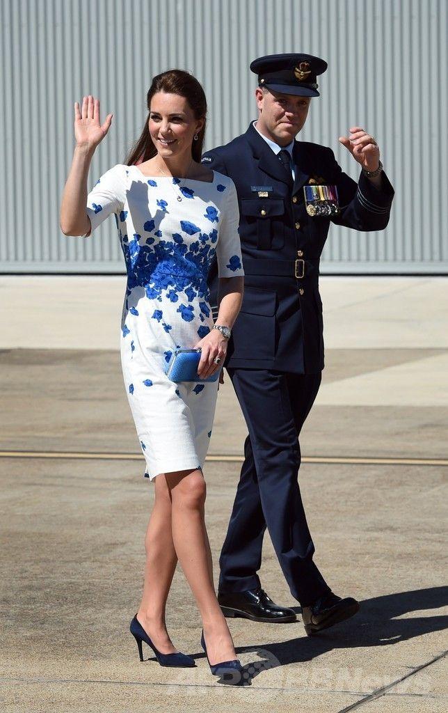 アンバーリー豪空軍基地(RAAF Base Amberley)で、スーパーホーネット戦闘機(Super Hornet)のコックピットから降りた英国のキャサリン妃(Catherine, Duchess of Cambridge、2014年4月19日撮影)。(c)AFP/William WEST ▼20Apr2014AFP|ウィリアム英王子夫妻が豪空軍基地訪問、戦闘機に乗り込む http://www.afpbb.com/articles/-/3013065