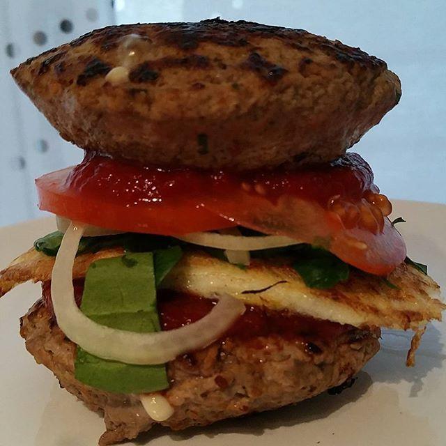Super buen provecho!!! Al mejor estilo @fiveguys  Hamburguesa: Carne molida magra Perejil Albahaca Oregano Pimienta  Pimentón ahumado Salsa 100% tomate sin azúcar añadida  #Food #foodporn #Fitness #Fit #CarleRecetas
