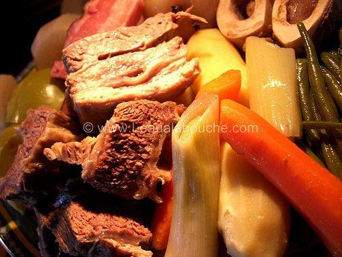 Pot au Feu (pour 5 à 6 personnes) Ingrédients: 800 gr à 1 kg de boeuf (paleron, gite, culotte, macreuse ou queue) 300 gr de lard salé (facultatif) 6 petits os à moelle minimum 3 choux-pomme (colrave) 3 navets 3 poireaux 6 carottes 300 gr de haricots verts...
