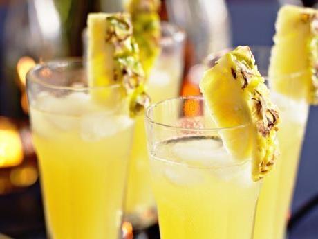 Recept på drink med päron och ananas. Använd gärna färskpressad ananasjuice så blir drinken vackert gul.