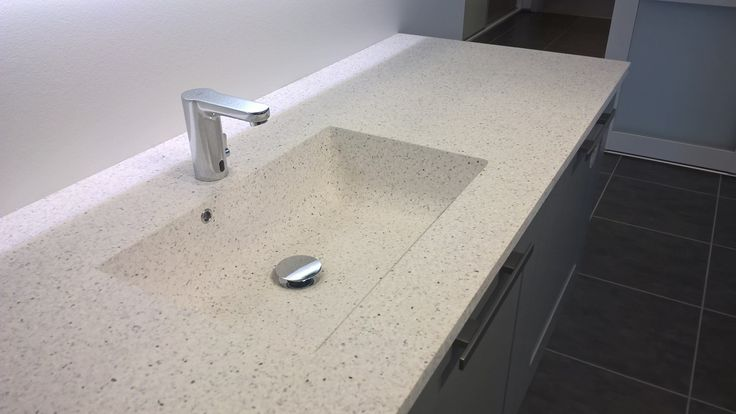 KUMA's nye Kvadra vask i Graphalit® Quartz hvid.