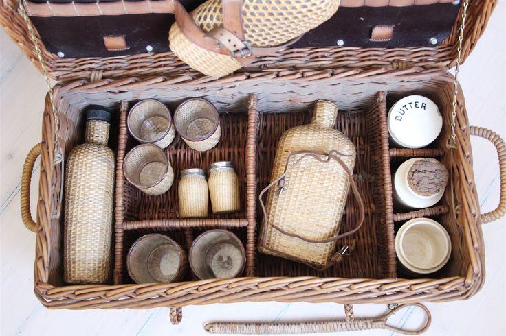 Underbar gammal antik picnic korg rotting glas porslin fransk lantstil