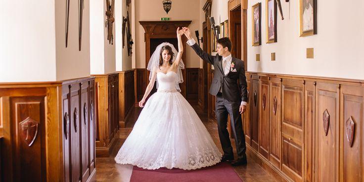Spokojná zákazníčka vo svadobných šatách zo Salónu EvaMária