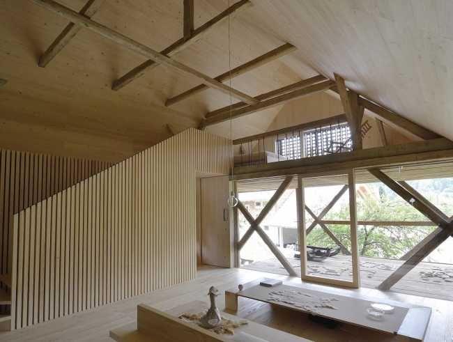 Vo vstupnej časti domu je priestor výškovo rozdelený, pričom v hornej časti sa nachádza spálňa pre návštevy.