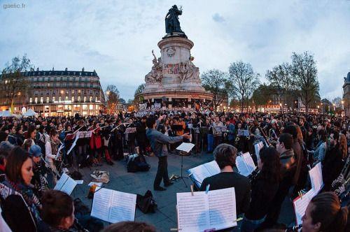 2016-04-20 #France #Paris #PlaceDeLaRepublique #51mars #NuitDebout #OrchestreDebout Hier soir un orchestre improvisé a joué la symphonie du Nouveau Monde de Dvorak #live #report #LoiTravail (à Place de la Republique)