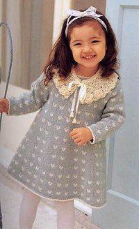 Платье для девочки, связанное спицами, с ажурным воротником, связанным крючком