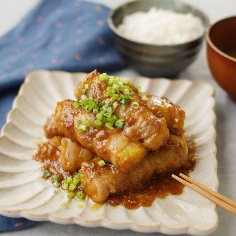 「肉巻き厚揚げのおろし玉ねぎ煮」のレシピと作り方を動画でご紹介します。厚揚げ豆腐を豚バラ肉でくるっと巻いて、和風だれで煮込みました。おろし玉ねぎがしっかり絡んでこっくりと芳醇な味わいに!味もボリュームも大満足まちがいなしのひと品です。
