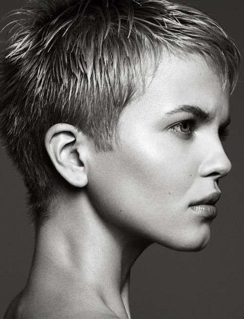 Taglio di capelli corti in stile boyish con frangia lunga girata sul lato.