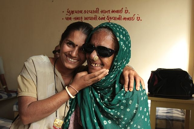 Bachiben festeggia con sua figlia il successo dell'operazione di cataratta che le ha restituito la vista