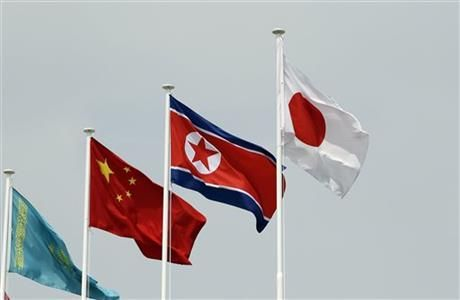 A North Korean flag, second right, is hoisted with other flags in Incheon, west of Seoul, South Korea, Friday, Aug. 29, 2014. (AP Photo/Lee Jin-man) ▼29Aug2014AP|North Korea yanks cheerleaders for Asian Games http://bigstory.ap.org/article/north-korea-says-no-cheerleaders-asian-games
