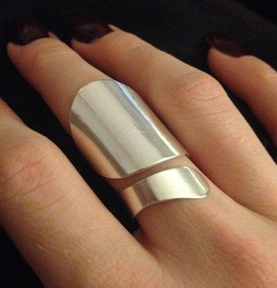 Taille ajustable. La main bague en argent Sterling contemporain déclaration - cadeau de vacances.  Bague est conique sur la partie intérieure du doigt pour un ajustement confortable.