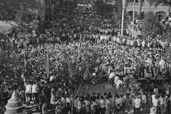 Tianjin, été 1966 : Devant la cathédrale du diocèse de Tianjin, un prêtre est soumis à une « séance de lutte »  (Anthony E. Clarke, collection privée Whitworth University)