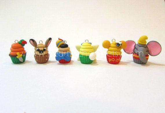 Les célèbres personnages Disney inspirent Cupcake charmes. Handmade Polymer Clay Cupcake Charm. Utilisation comme pendentif, Bracelet à breloques, boucles d'oreilles collectables