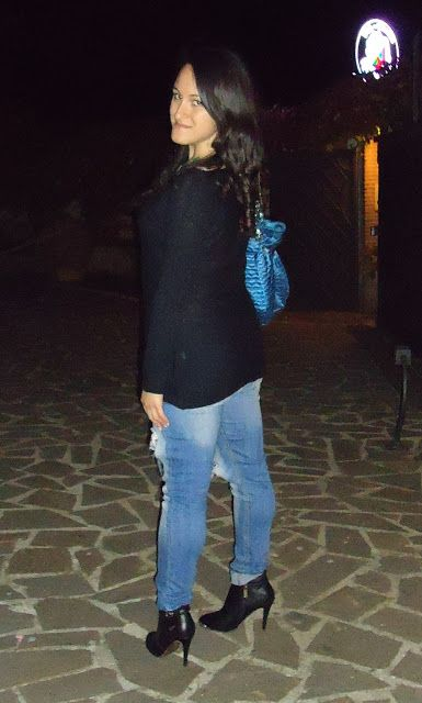 New york Parigi Milano: Blue Jeans and Black Pullover