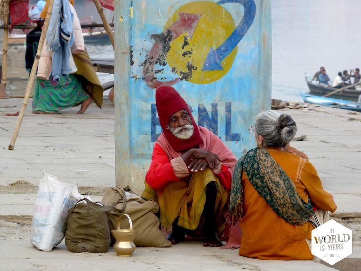 Dan worden ze verbrand, of zinken ze - in het geval van zwangere vrouwen, kinderen, holi men, leprapatiënten en dieren - aan een steen gebonden naar de diepe bodem van de Ganges. Maar één familie in India is gerechtigd het werk aan de Manikarnika Ghat te doen. Ze behoren tot de laagste kaste, de onaanraakbaren, maar hebben door dit werk toch enige status. Wellicht doen ze dit al zolang het vuur bij de #Ghat brandt. Lees meer op: http://www.myworldisyours.nl/places/india #India #travel…
