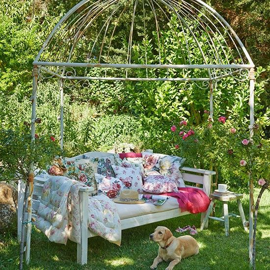 Garden with floral cushions and seating | Garden decorating
