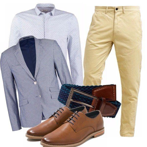 Combinazione smart casual per il lavoro o un appuntamento. Chinos beige vivacizzati da blazer azzurro a quadri e camicia micro fantasia. Cintura intrecciata e scarpe stringate color cuoio.