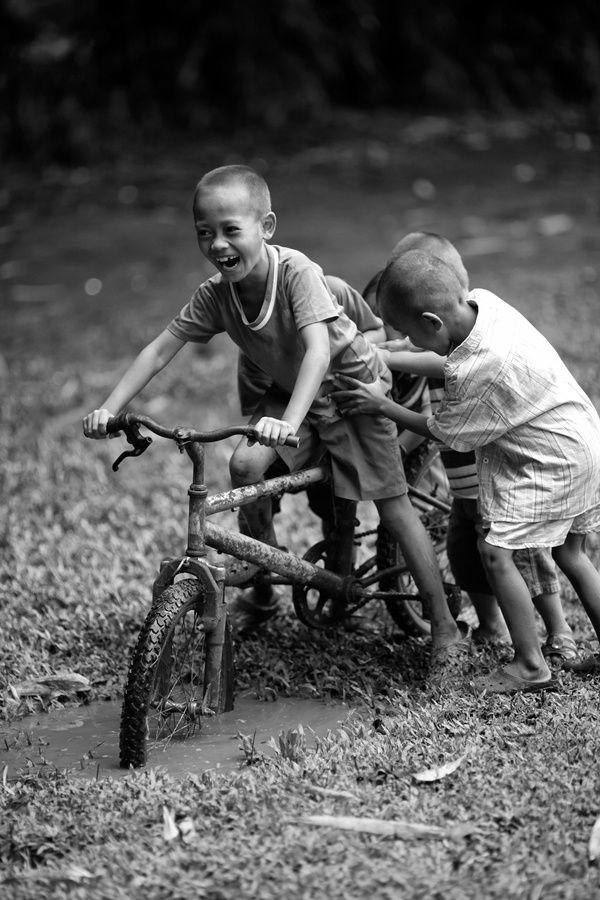 joinaltruist:Enjoy life, smile, laugh and play.  Quand les Enfants jouent dans la boue ils rentrent sale mais tant heureux… L