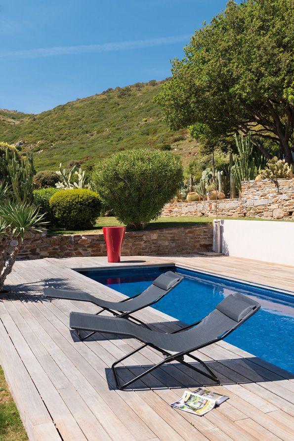 Die schlichte Klappliege Transalounge passt perfekt in jedes Ambiente und lädt mit ihrer formschönen Liegefläche zum Entspannen ein.