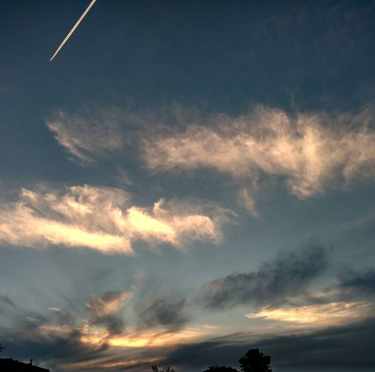 夕暮れ  夕暮れ秋の気配 朝の雨に蒸し暑かった昼間 夕方は少しからっと涼しい  #空#雲#飛行機雲#夕暮れ#ゆうやけこやけ