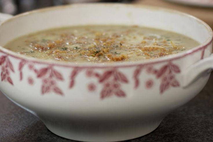 Naast een klassieke Franse uiensoep kan je ook eens een variant uitproberen op basis van gebrande uien. Het is de ideale soep voor de doe-het-zelver want een bunzenbrander komt hier goed van pas. Het wordt een dampend bord genot, wanneer je de soep afwerkt met blokjes gekookte ham, gemalen kaas en knapperige uitjes. Naar goeie gewoonte maakt Jeroen meteen een stevige ketel klaar.
