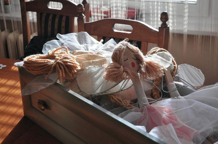 Dlaczego te aniołki śpią? Aniołki w przygotowaniu. kasiabloguje.wordpress.com