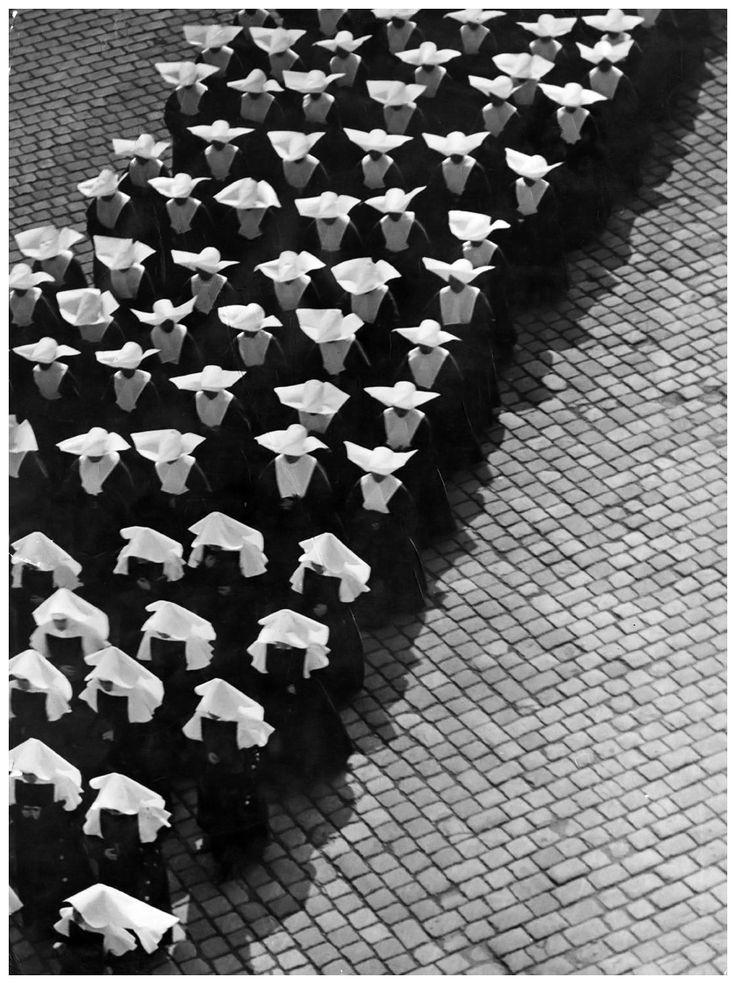 Ernö Vadas. Procession. Budapest, 1934.  [::SemAp FB ::    :: SemAp G+::]